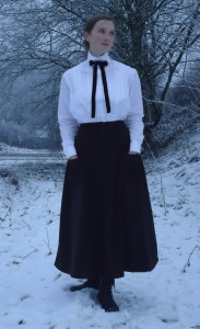 Med denna dräkt kom jag tvåa i dräkttävlingen. Den ska klä en svensk lärarinna, ca 1914.